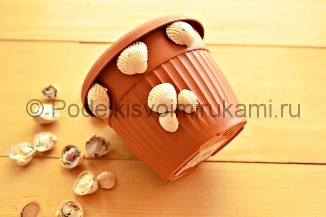 Декорирование цветочного горшка ракушками. Фото 9.
