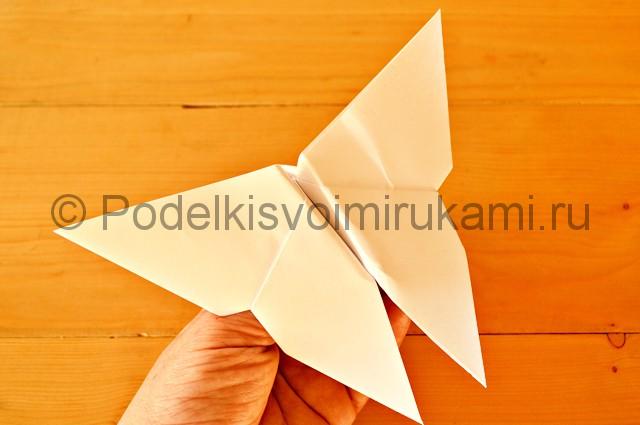 Отгибаем концы бумаги и делаем крылья бабочки.