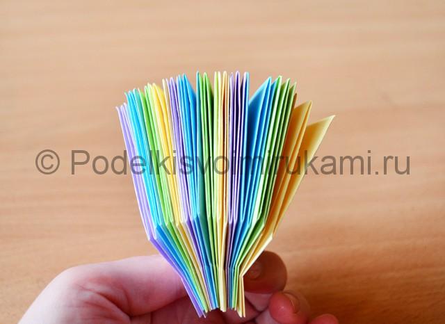 Как сделать фейерверк из бумаги. Фото 19.