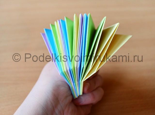 Как сделать фейерверк из бумаги. Фото 22.