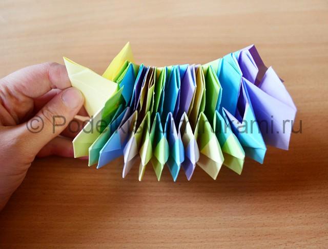 Как сделать фейерверк из бумаги. Фото 26.