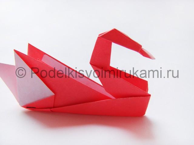 Как сделать лебедя из бумаги в технике оригами. Фото 27.