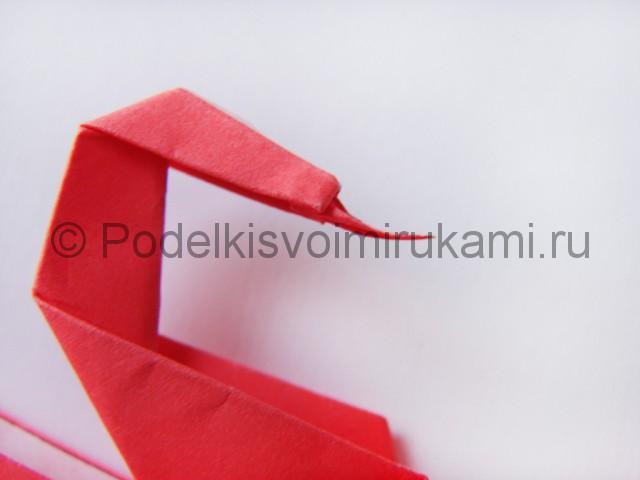 Как сделать лебедя из бумаги в технике оригами. Фото 28.