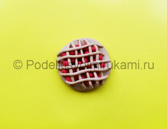 Как сделать пирог из пластилина. Шаг №7.