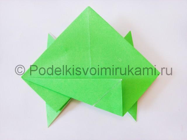Как сделать прыгающую лягушку из бумаги. Фото 16.