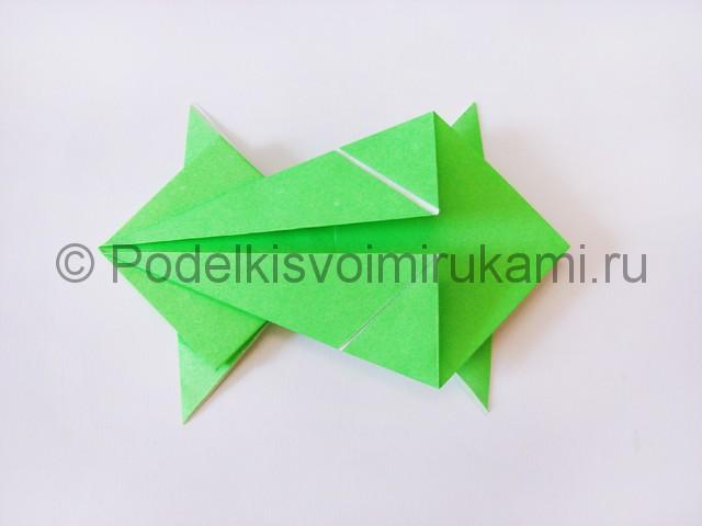Как сделать прыгающую лягушку из бумаги. Фото 17.