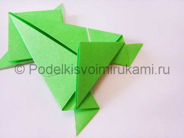 Как сделать прыгающую лягушку из бумаги. Фото 18.