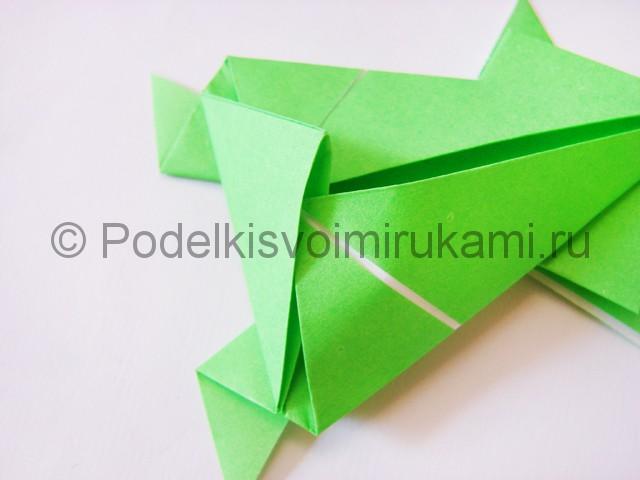 Как сделать прыгающую лягушку из бумаги. Фото 19.