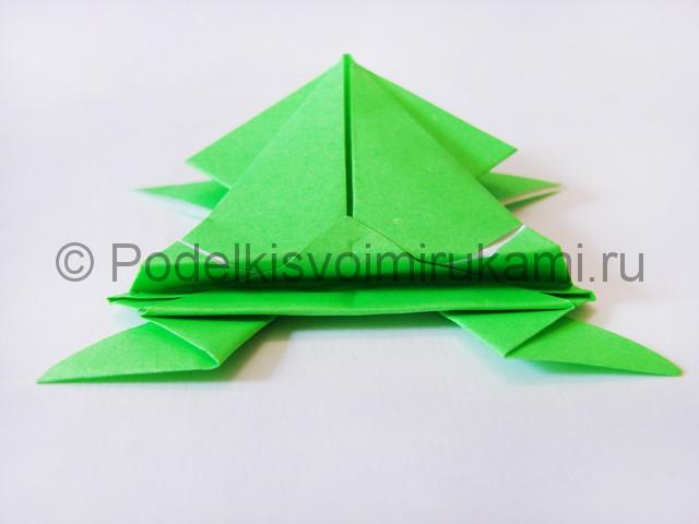 Как сделать прыгающую лягушку из бумаги. Фото 21.