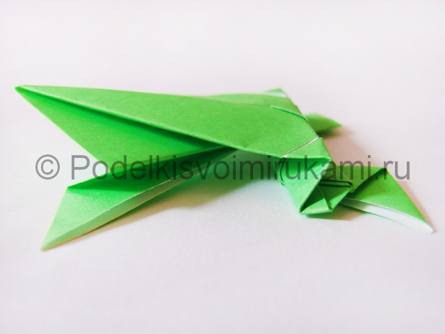 Как сделать прыгающую лягушку из бумаги. Фото 22.