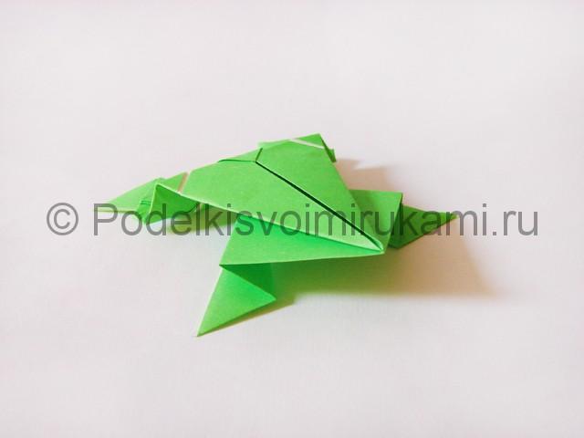 Как сделать прыгающую лягушку из бумаги. Фото 23.