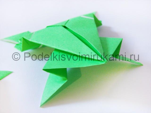 Как сделать прыгающую лягушку из бумаги. Фото 24.
