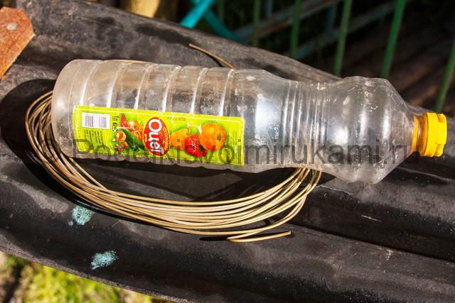 Кормушка для цыплят из пластиковой бутылки. Фото 3.