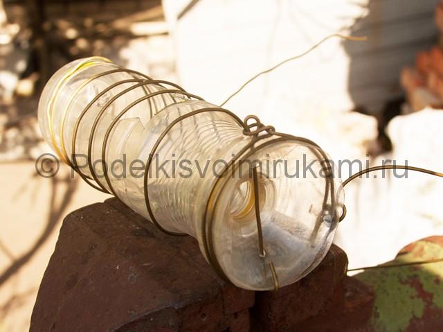 Кормушка для цыплят из пластиковой бутылки. Фото 9.