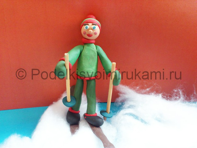 Лыжник из пластилина. Итоговый вид поделки. Фото 3.