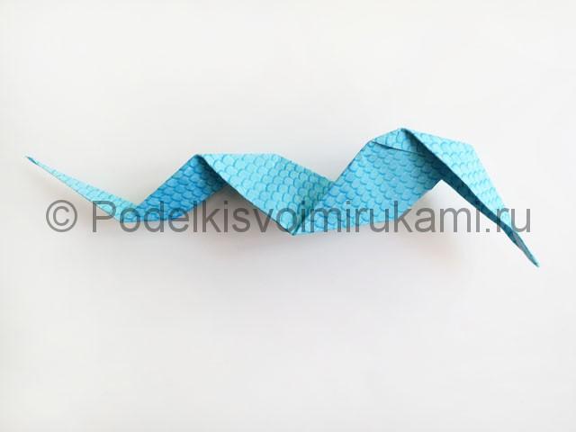 Змея из цветной бумаги. Пошаговый мастер-класс. Фото 17.