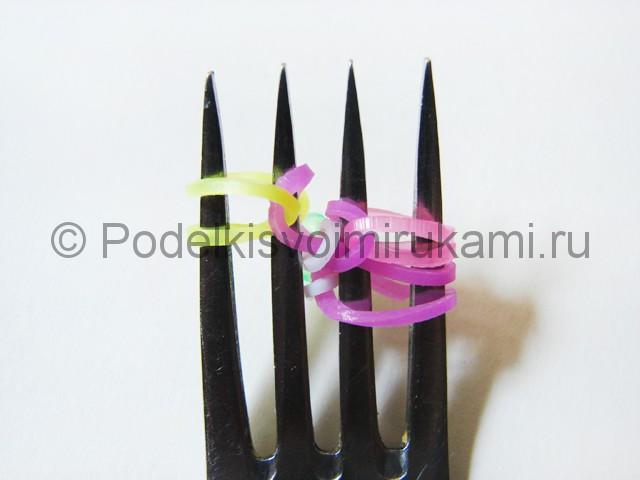 Ажурный браслет из резинок. Плетение на вилке. Фото 19.