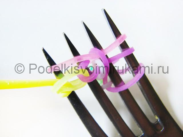 Ажурный браслет из резинок. Плетение на вилке. Фото 21.