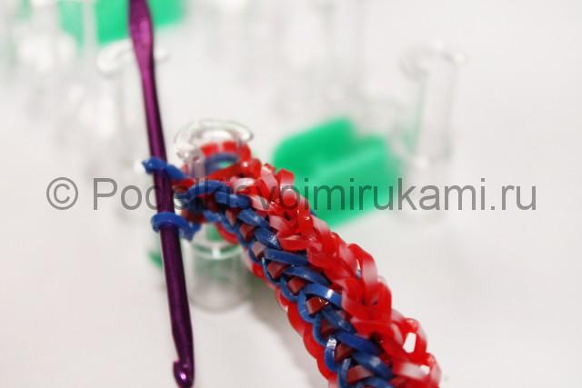 Плетение браслета из резинок скромность. Фото 42.
