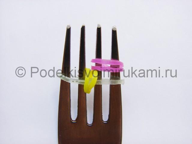 Фото 60. На крайние зубчики вилки добавляем перекрученную резинку.