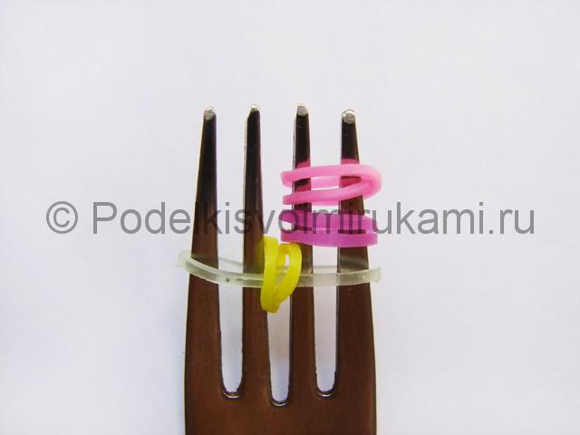 Фото 61. На крайние зубчики вилки добавляем перекрученную резинку.
