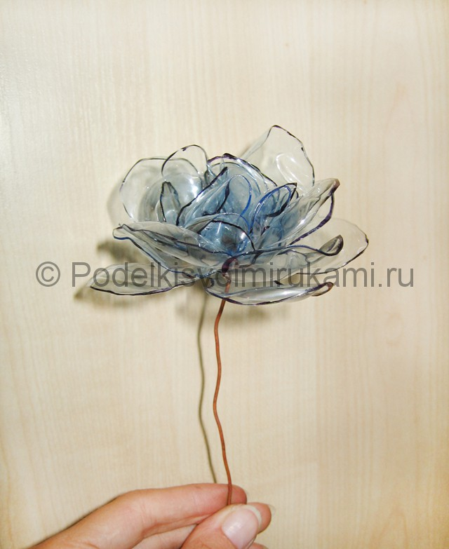 Как сделать цветок из пластиковой бутылки. Итоговый вид поделки. Фото 1.