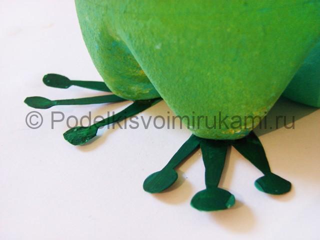 Как сделать лягушку из пластиковых бутылок. Фото 10.