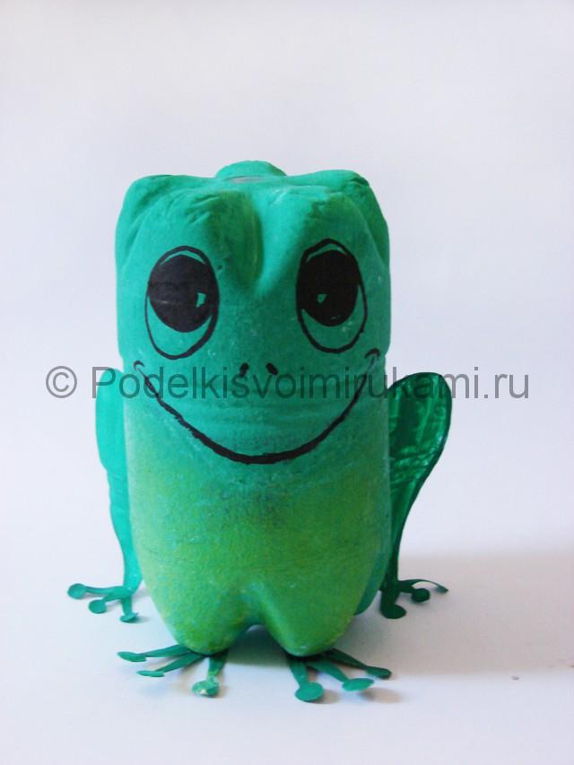 Как сделать лягушку из пластиковых бутылок. Фото 14.