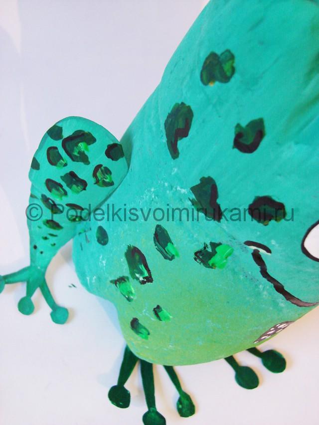 Как сделать лягушку из пластиковых бутылок. Фото 16.