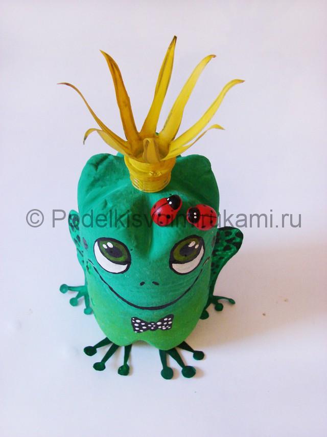 Как сделать лягушку из пластиковых бутылок. Итоговый вид поделки. Фото 2.