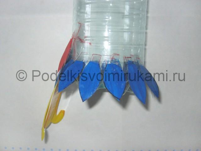 Как сделать попугая из пластиковых бутылок. Фото 11.