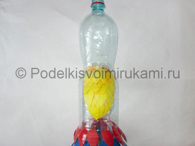 Как сделать попугая из пластиковых бутылок. Фото 12.