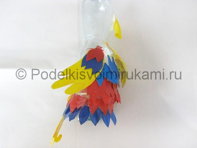 Как сделать попугая из пластиковых бутылок. Фото 13.