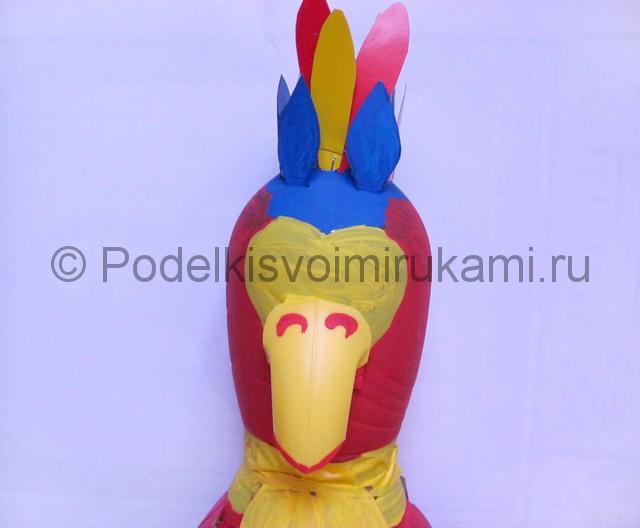 Как сделать попугая из пластиковых бутылок. Фото 16.
