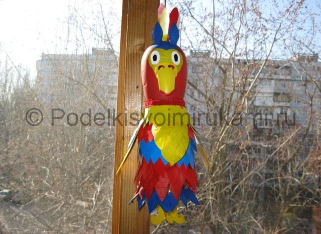 Как сделать попугая из пластиковых бутылок. Итоговый вид поделки. Фото 3.