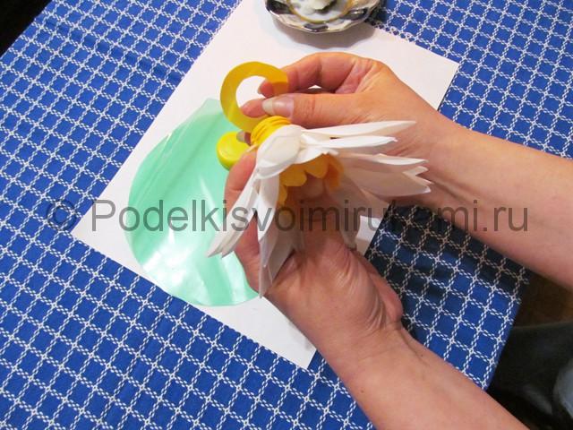 Лилия из пластиковых бутылок своими руками. Фото 9.