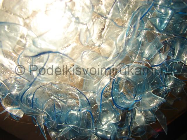 Люстра из пластиковых бутылок. Фото 17.