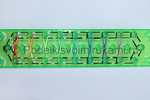 «Радужный» браслет из цветных резинок. Фото 10.