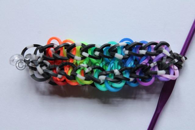 «Радужный» браслет из цветных резинок. Фото 17.