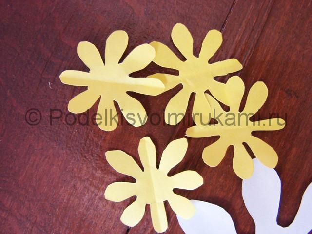 Делаем такие же заготовки из бумаги жёлтого цвета.