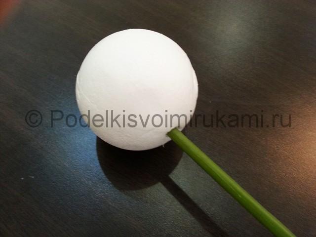 Декорирование шара цветами из фоамирана - фото 12.