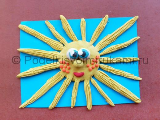 Солнышко с лучиками из пластилина.