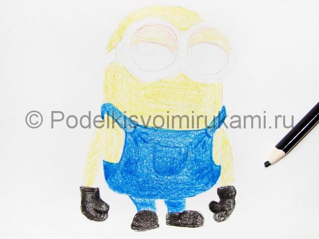Рисуем миньона цветными карандашами - фото 11.