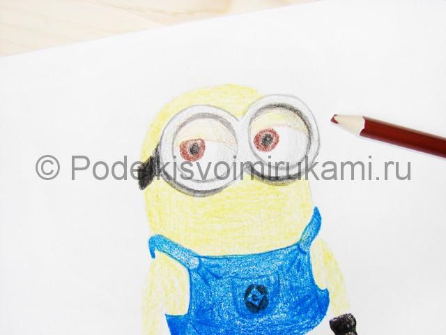 Рисуем миньона цветными карандашами - фото 14.