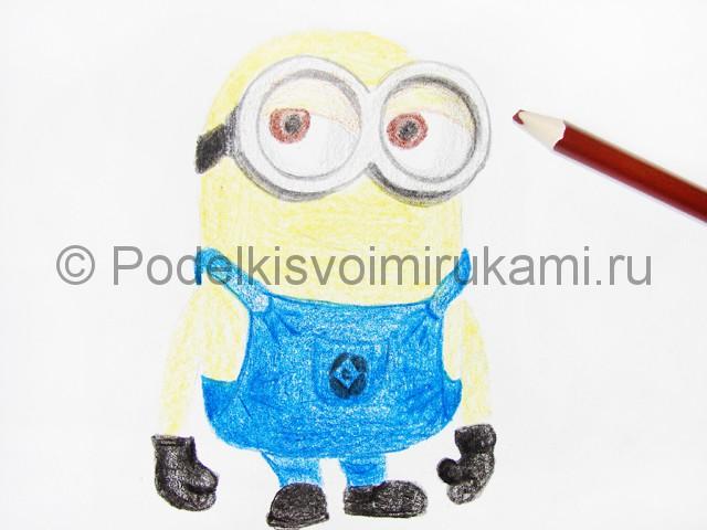 Рисуем миньона цветными карандашами - фото 15.