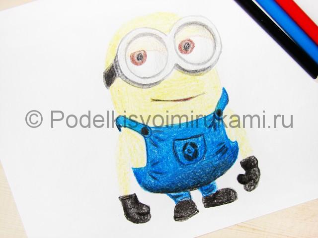 Рисуем миньона цветными карандашами - фото 18.