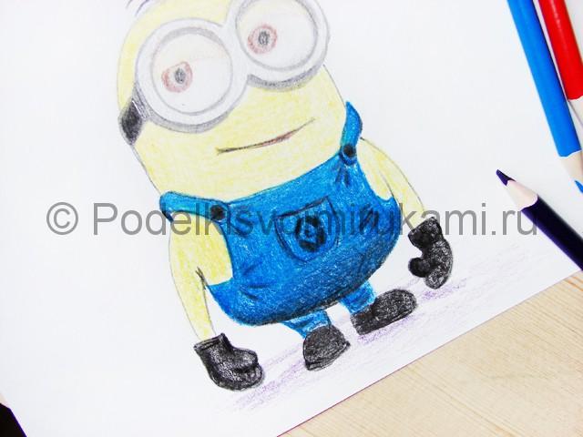 Рисуем миньона цветными карандашами - фото 24.