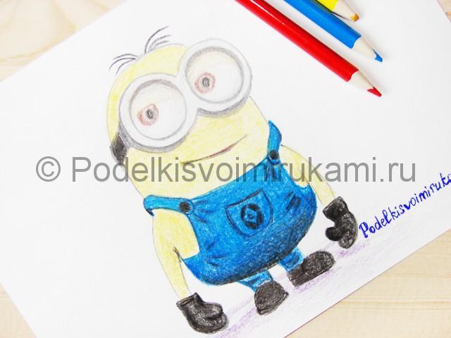 Рисуем миньона цветными карандашами - фото 26.