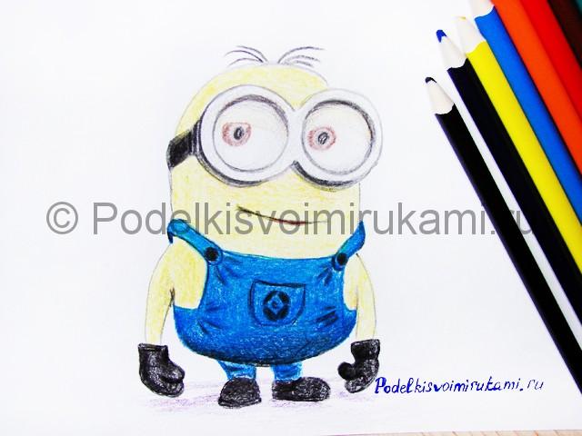 Рисуем миньона цветными карандашами - фото 27.