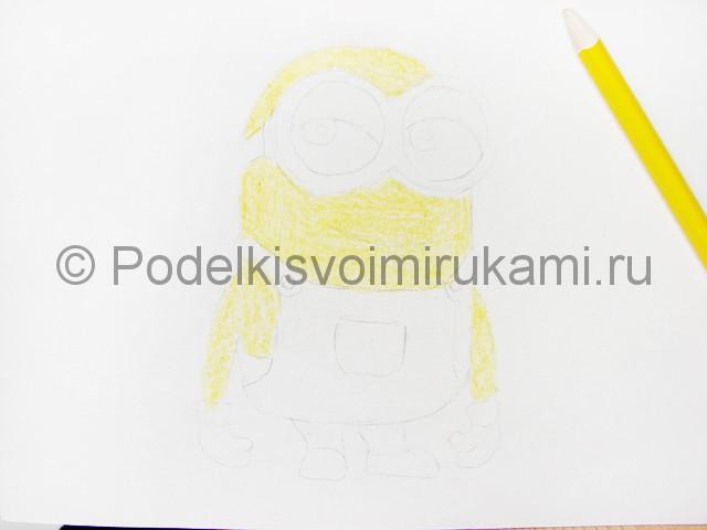 Рисуем миньона цветными карандашами - фото 6.